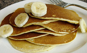 pancakes with sliced bananas