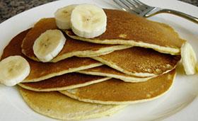 pancakes with sliced bananas